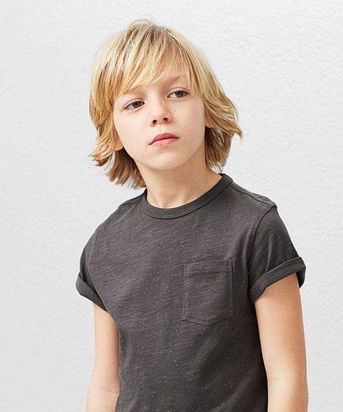 Rambut Panjang dengan Poni Panjang Untuk Anak Laki-Laki