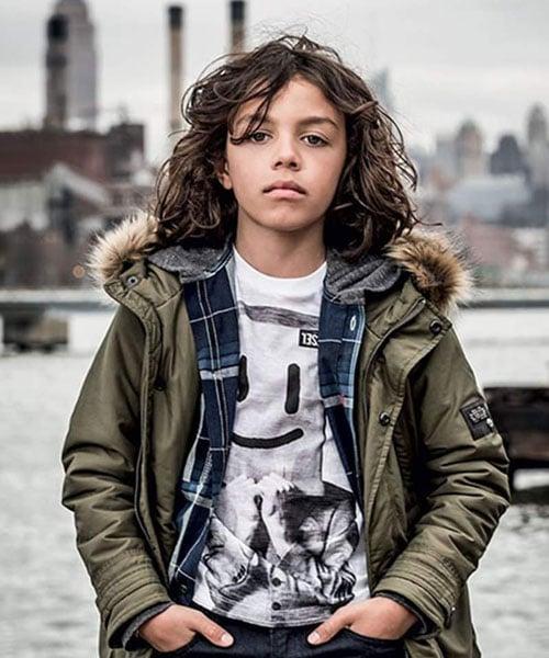Gaya Rambut Bergelombang Panjang Berantakan Untuk Anak Laki-Laki